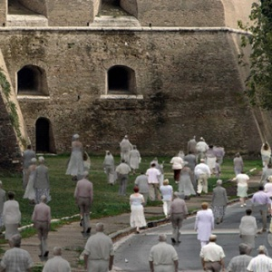 via da roma, girando intorno alle mura