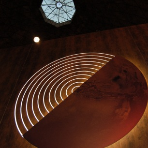 foto del logo tridimensionale e del lucernario dell'aula ottagona