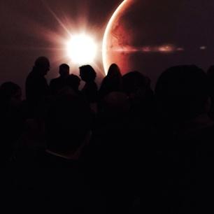 foto all'interno dell'inaugurazione nello spazio multimediale con la proiezione sullo sfondo